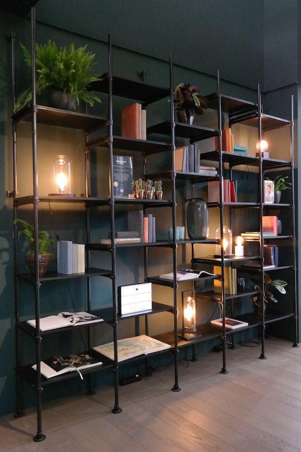Met zwarte steigerbuizen maak je een boekenkast op maat. Zo kun je ervoor kiezen om deze helemaal tot het plafond te laten reiken, of houd je het misschien liever bij een laag dressoir. Hoe dan ook; de keuze is volledig aan jou. De planken in deze kast zijn op maat gezaagde mdf-platen. Dankzij het open geraamte, kun je je mooiste souvenirs en woonaccessoires een opvallende plek geven.  Wil je de steigerbuizen op een andere manier laten terugkomen in je interieur? Denk dan eens aan een…
