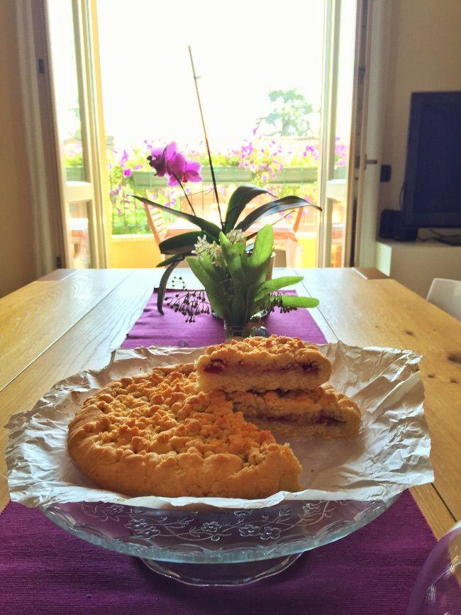 La crostata con crema alle ciliegie è uno dei dolci più golosi, una torta che piacerà a tutti ma che farà impazzire sopratutto i bambini. La torta è ideale da fare sopratutto in tarda primavera o inizio estate momentoin cui maturano le prelibate ciliegie di Vignola.  Ingredienti per pasta frolla: 350 gr farina 200 gr zucchero 50 gr fecola 2 uova intere 120 gr burro 1 bustina lievito Ingredienti per crema: 250 ml di latte intero 80 gr fecola 2 tuorli 50 gr zucchero di canna 200 gr ciliegie…