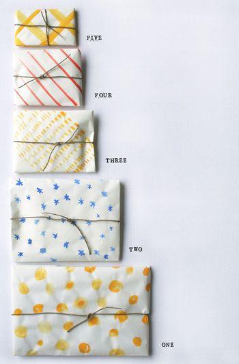 絵の具を使って白い包装紙にペイントするアイディア。世界にひとつだけのオリジナルプリントです。