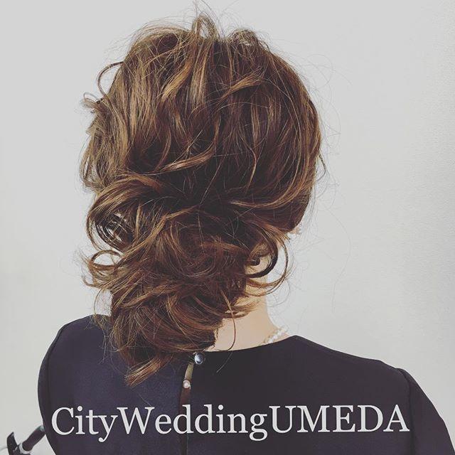 【ゆるっと艶カールボブアップ】 他のゲストとかぶらないようなデザインのヘアアレンジに。 ボブヘアーをくるくるに巻いて。 普段はストンとしてしまうボブストレートヘアもしっかりカールで可愛いくなります❤️ #CityWeddingUMEDA #wedding #ブーケ #ヘアメイク #結婚式準備 #結婚式 #ブライダル #ウエディング #pronovias #antonioriva #weddingdress #reemacra #verawang #bouquet #treatdressing #トリートドレッシング #ウエディングドレス #bouquet #ビジューボンネ #ビジューアクセサリー #ビジュー #プレ花嫁 #ハーフアップ #ヘアアレンジ #ルーズアップ #ルーズ #hair