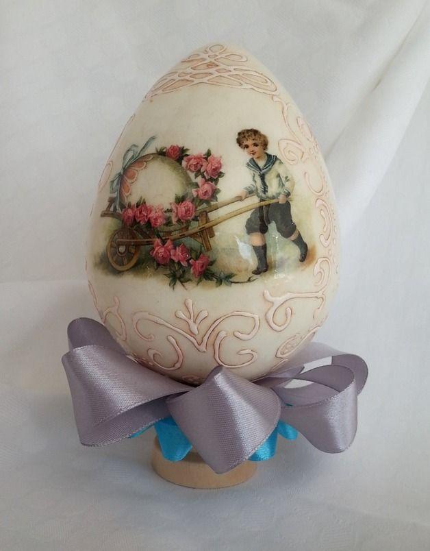 Pisanka wykonana techniką decoupage. Wykonana na styropianowym jaju 12cm. Jajo zdobione z dwóch stron ozdobione wstążką na drewnianym podstawku.   *Jest to jedyny egzemplarz*   Jajko zapakowane w...