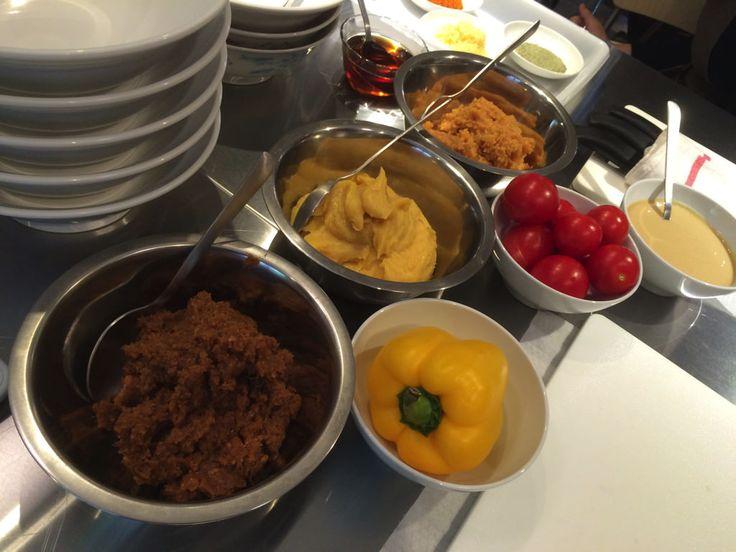 味噌ラーメンタレの仕込みは3種類の味噌のブレンドから。ソラノイロ店主宮崎さんの「Vegan味噌ラーメン」レッスン