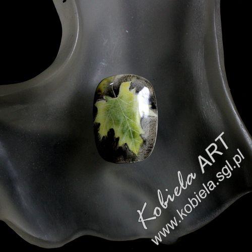 Pierścień / pierścionek z ręcznie malowanej porcelany . Ceramika jest wielokrotnie poddawana wypalaniu w bardzo wysokich temperaturach .Obrączka pierścionka srebrna regulowana . więcej zapraszam www.kobiela.sgl.pl Panie zainteresowane zapraszam do kontaktu e-mail. kobiela5@gmail.com Bożena Kobiela