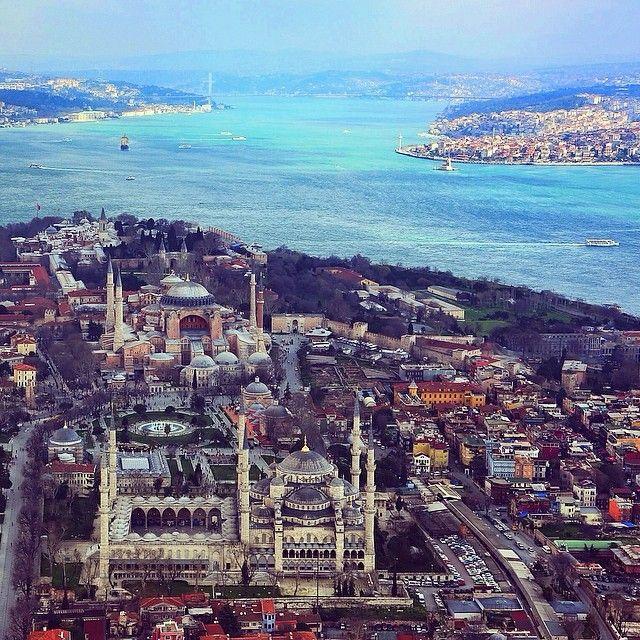 """""""Helikopterden çekilen bu fotoğrafta, önde Sultanahmet Camii, (Blue Mosque) ortada Ayasofya, (Hagia…"""""""