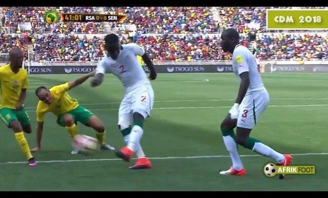 Un penalti surrealista provoca que la FIFA expulse a un árbitro de por vida - Libertad Digital http://www.libertaddigital.com/deportes/futbol/2017-09-07/un-penalti-surrealista-provoca-que-la-fifa-expulse-a-un-arbitro-de-por-vida-1276605474/