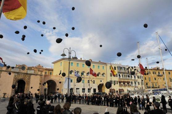 Palloncini neri e vestiti scuri al flash mob organizzato al Molo Elba di Portoferraio