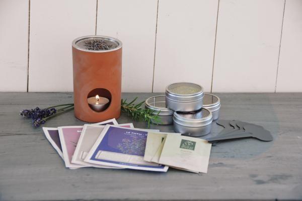 A szett tartalmaz egy kerámia, henger alakú füstölőt, szárított rozmaringot, levendulát, mentát, kakukkfüvet kis fém tárolóban, valamint ültetni való magokat.