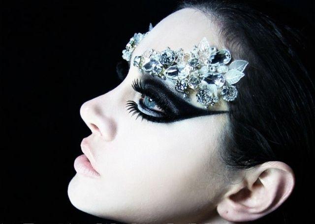maquillage pour Halloween femme avec strass: l'ange noir