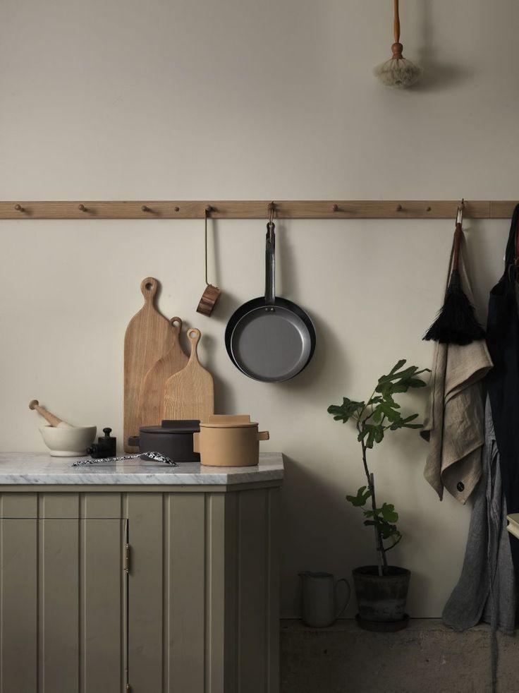 Efter åratal av kliniskt vita kök är det rustika lantköket tillbaka, med sin varma platssnickrade famn. Kulturskribenten och matfantasten Annina Rabe välkomnar en uppdaterad lyxvariant av