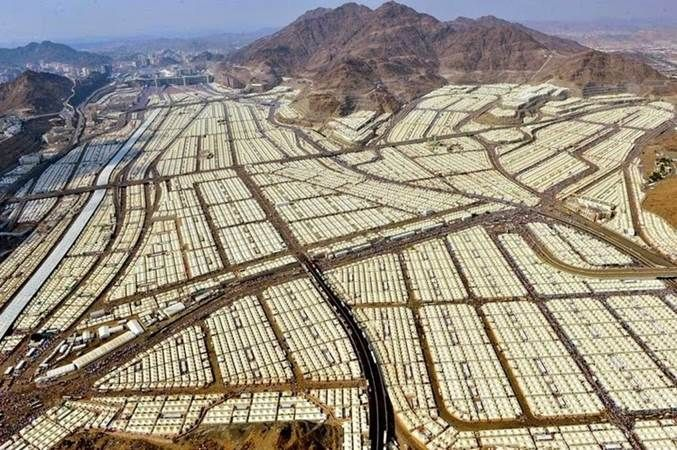"""Estas tendas são apenas usadas durante os 5 dia da peregrinação do Hajj à cidade santa de Meca pelos muçulmanos.  O resto do ano estão ... vazias.  As tendas têm 8 metros por 8 metros, foram instaladas nos anos 90 e incluem várias zonas de cozinha e sanitários. Todas têm ar condicionado.  Enquanto a Europa está a tentar acolher, a grande custo, milhares de """"migrantes"""", a Arábia Saudita que os poderia acolher, dado que por definição do Corão os refugiados Sírios são irmãos, não o faz."""