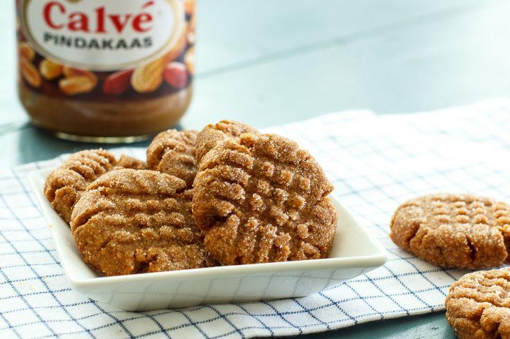 Je leest het goed: pindakaaskoekjes met maar 3 ingrediënten! Pindakaas, suiker en ei. Makkelijker dan dit vind je het niet. Ik moet er wel bij zeggen dat deze koekjes voor de echte diehard pindakaasfans zijn. De koekjes hebben een volle zoete pindakaassmaak, zijn knapperig van buiten en wat harder van binnen. Voor wat extra…