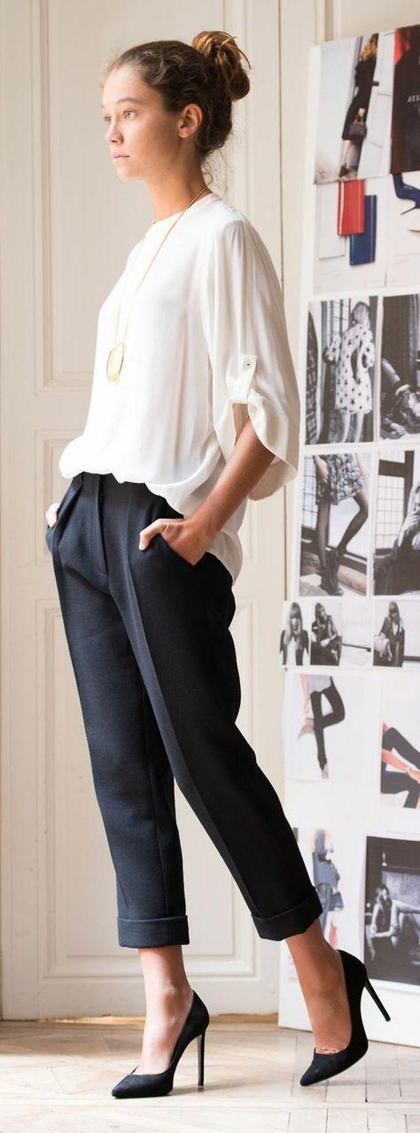 pantalon classique noir bien combiné avec une chemise