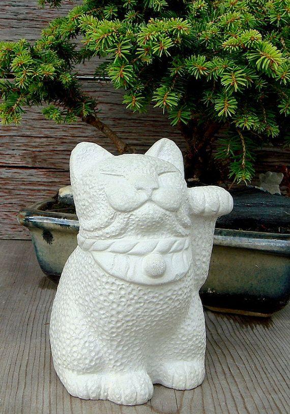 Maneki Neko statue