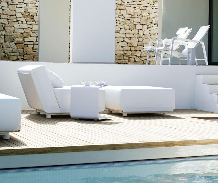 Mirthe Sofa Pouf Tribù Avec la gamme Mirthe Sofa, les canapés d'intérieur passent à l'extérieur. Les coussins rembourrés, qui résistent à l'eau et aux rayons ultraviolets, sont maintenus en place par de subtiles coques en aluminium laqué blanc. Utilisez les trois éléments de base pour créer votre propre salon. http://www.voltex.fr/mirthe-sofa-pouf-tribu-pid4620.htm