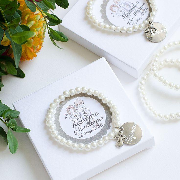Regalos para invitados primera comunion. Pulseras de perlas personalizadas.