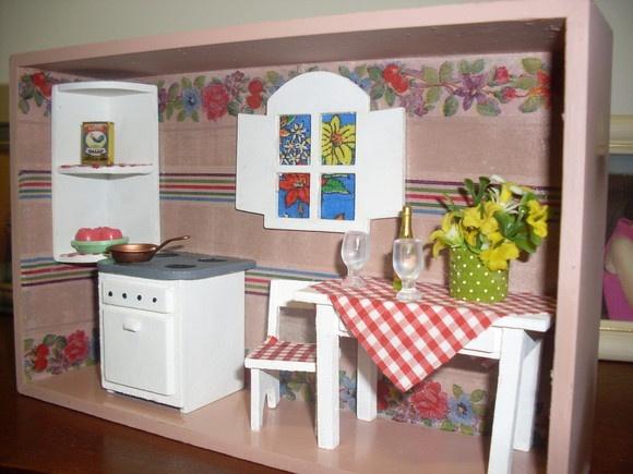 Miniatura de cozinha em caixa de mdf pintada e decorada com móveis em mdf pintados e decorados. R$110,00