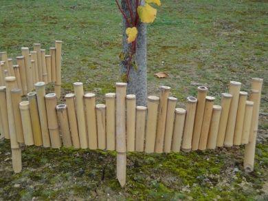 Bordure en bambou  bambou de 3-3,5 cm de diamètre et de 24 cm de hauteur. Les bambous sont reliés par 2 fils galvanisés de 2,2 mm invisibles.  Tous les 40 cm, des tiges plus longues et pointues permettent de planter la bordure dans le sol.