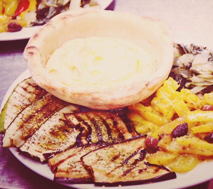 Coppetta di Pane  con fave alla barese con contorno di zucchine alla poverella, melenzane grigliate, peperonata. Tutto il piacere della tradizione in un piatto. http://www.masseriabelvedere.com/i-nostri-servizi.html