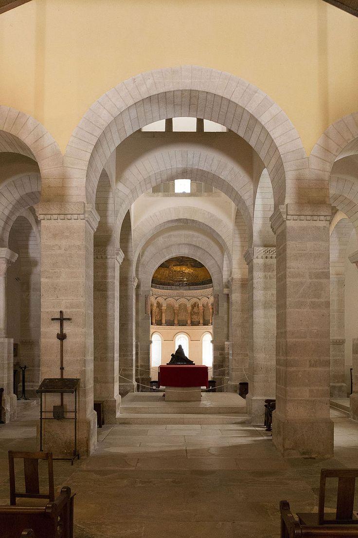 """""""Germigny-des-Prés - Église de la Très-Sainte-Trinité 09"""" autorstwa Pymouss - Praca własna. Licencja CC BY-SA 4.0 na podstawie Wikimedia Commons"""