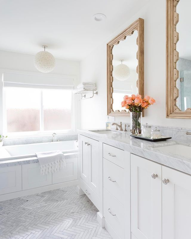 Fresh + airy bathroom flooded with natural light ✨#projectoutrigger 📷 @amybartlam