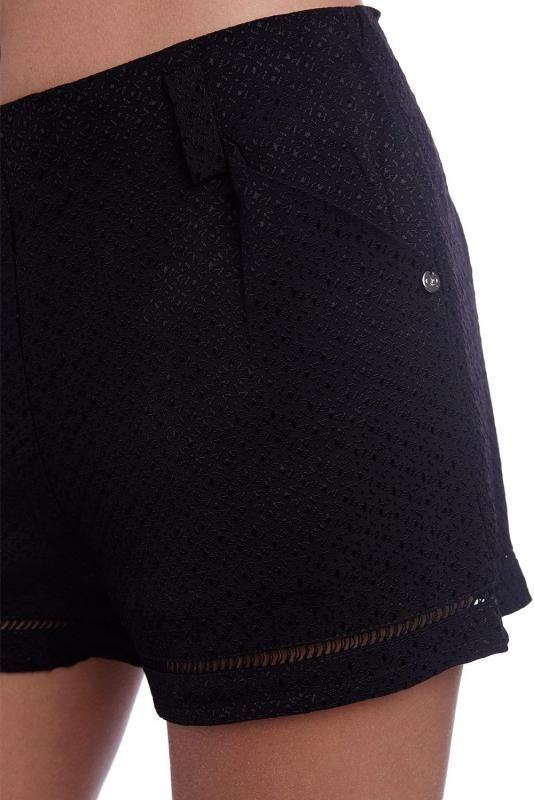 Zwart broekje met brocade en hoge taille. Het broekje heeft zakken en een ritssluiting..60% Polyester 40% Viscose Lining: 60% Polyester 40% Viscose