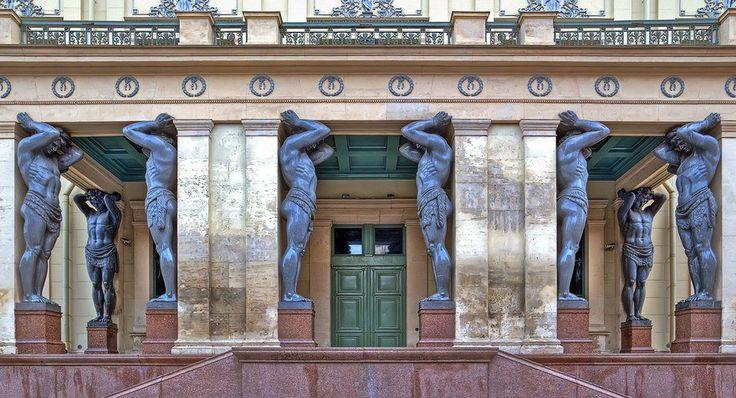 Портик Нового Эрмитажа украшают скульптуры 10 атлантов.Атланты Эрмитажа являются одним из символов Санкт-Петербурга.