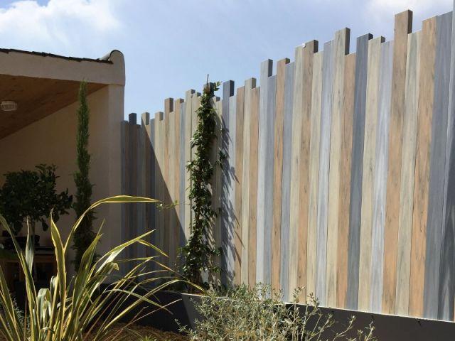 """Le modèle qui a séduit les propriétaires se nomme Ulysse. Il s'agit d'une clôture en PVC dont les lames verticales sont irrégulièrement découpées. """"Une originalité qui allait avec le style de ... #maisonAPart"""