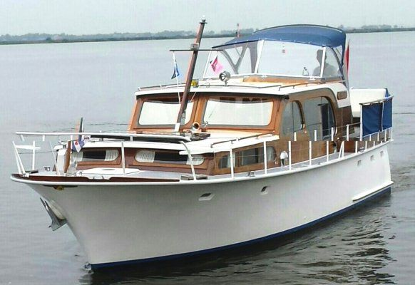Beautiful lines, well-maintained classic with beautiful original details Opmerkingen: Super Van Craft 11.60 with two fresh Nanni engines that make this a classic of all times. The ship is kept up - to-date with love and attention and gives you years of carefree sailing pleasure.