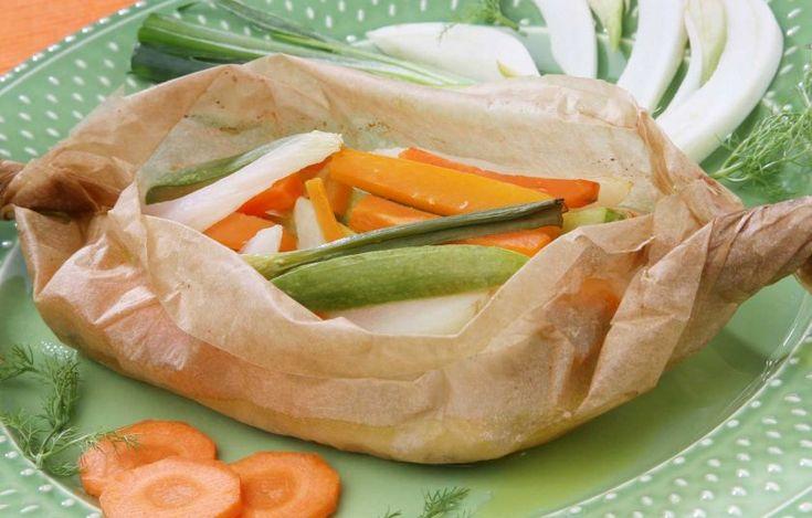 Πέρκα στη λαδόκολλα με λαχανικά Υλικά:  4 φιλέτα πέρκας 250-300 γρ. το καθένα (ή άλλο λευκόσαρκο ψάρι σε φέτα ή φιλέτο, όπως σφυρίδα, ροφός, μυλοκόπι κ.λπ.) 2 μεσαίου μεγέθους κολοκύθια, κομμένα σε χοντρές φέτες 2 μεσαίου μεγέθους πατάτες, κατά προτίμηση βιολογικές, βρασμένες και κομμένες στη μέση 2 μέτρια καρότα, κατά προτίμηση βιολογικά, κομμένα σε λεπτές φέτες 2 μεσαίου μεγέθους ντομάτες κομμένες σε μεγάλους κύβους 2 κλωνάρια σέλινο (με τα φύλλα τους), ψιλοκομμένα 1 κουτ...