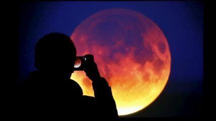La coincidenza di una Luna piena con la minore distanza tra Terra e Luna