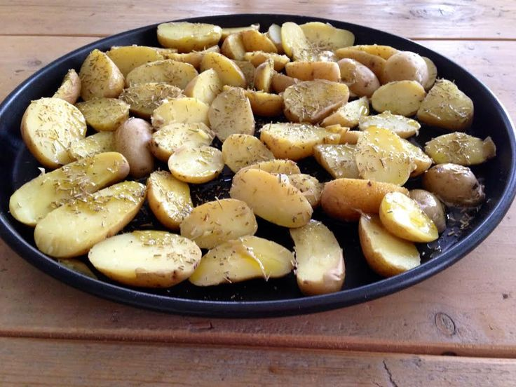 """Hier een basisrecept voor snelle aardappels uit de oven. Met dit recept heb je gemakkelijk een """"gezonde"""" gebakken aardappelen variant op tafel. Vooral met een goede mayonaise smaken ze erg goed. Wa..."""
