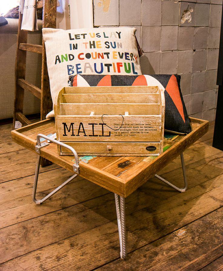 Stoere dienblad bijzettafeltjes verkrijgbaar bij Meubls. Zowel in rond als vierkant verkrijgbaar. De tafeltjes zijn gemaakt van oude Indonesische vissersbootjes, hierdoor is ieder tafeltjes uniek. Postbakje en kussentjes ook verkrijgbaar bij Meubls.