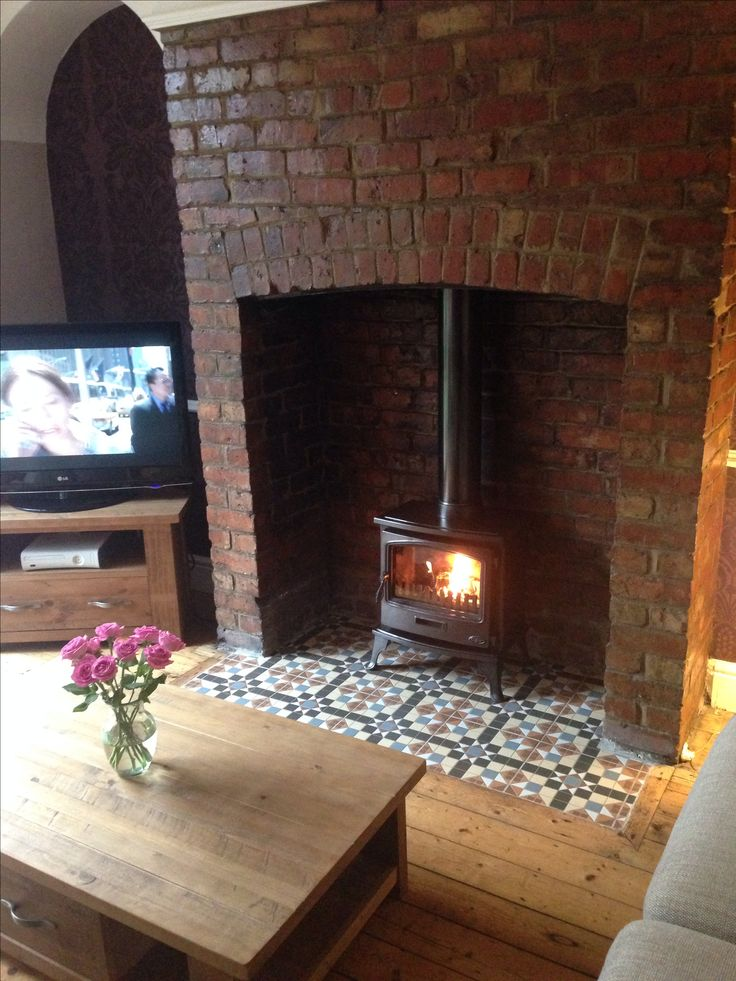 Wood burning stove and tiled hearth. Baldosas hidráulicas Fire Is a Tiger Classic Stove and tiles are from A6 Tiles in Stockport. https://www.mesabonita.es/