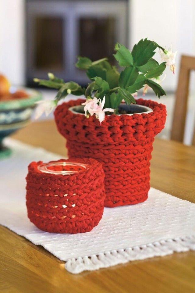 En liten juleblomst, kaktus eller sukkulent kan bli en fin liten venne- eller nabogave. Med en heklet potteskjuler i rødt blir gaven straks litt festligere og mer julete. Både potteskjulertrekket og trekket til lyslykten går raskt å lage med tykt båndgarn og heklenål nr. 12.