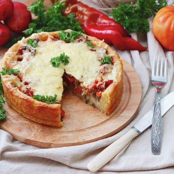 Вечер воскресенья мне кажется самым подходящим для того, чтобы печь вкусные мясные пироги. Этот пирог, кстати, своей начинкой даже напоминает пиццу, хотя пиццы мы…