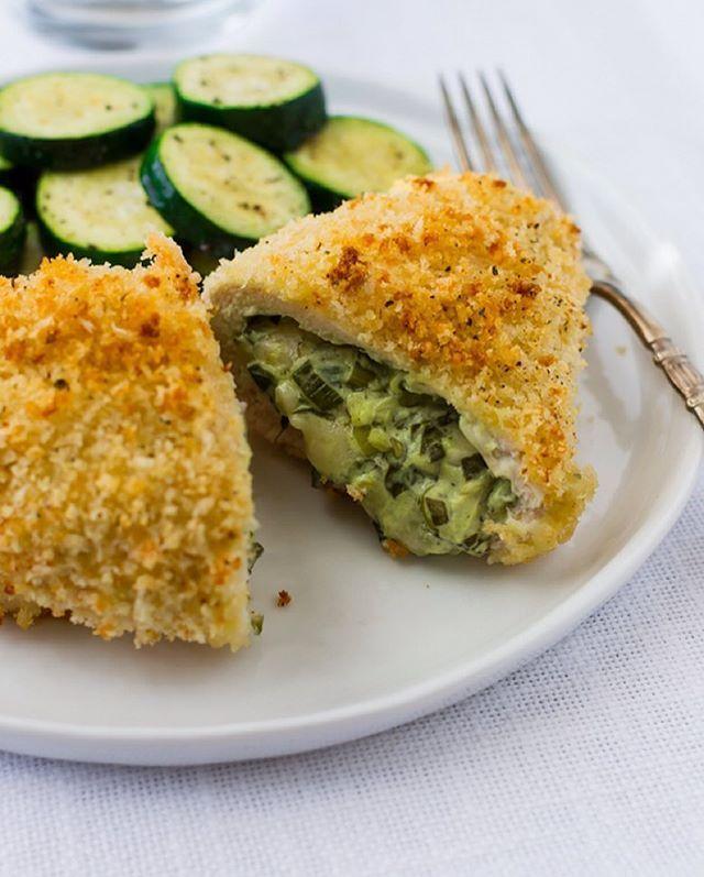 Sıradan tavuk yemekleri yerine bu sefer biraz krema peynir ve ıspanak üçlüsüyle lezzetlendirmeye ne dersiniz? #onedio #onediocom #onedioyemek 2 adet tavuk göğsü1 demet ıspanak 1 su bardağı krema 2 diş sarımsak 1 adet soğan 1 su bardağı toz parmesan peyniri 1 adet muskat 1 tatlı kaşığı tuz 1 tatlı kaşığı karabiber Ekmek kırıntısı Tavuk göğsünü ortadan ikiye acin ve inceltin. Ispanakları bir tavada sarımsak ve ince doğranmış soğan ile soteleyin. İçerisine krema ekleyin ve muskat ve…