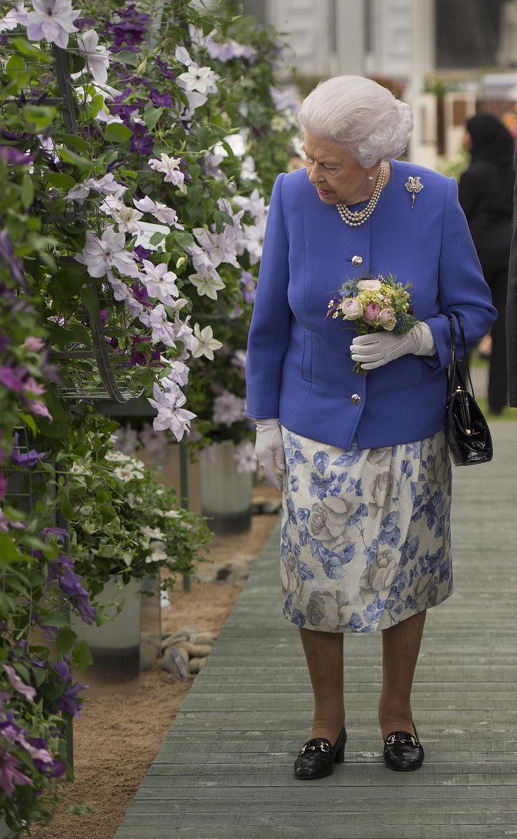 Con un saco azul y una falda floreada, la reina Isabel recorrió el Chelsea Flower Show, un tradicional evento que se realiza anualmente en el Hospital Real de Chelsea y que está considerado la mayor exposición floral del mundo