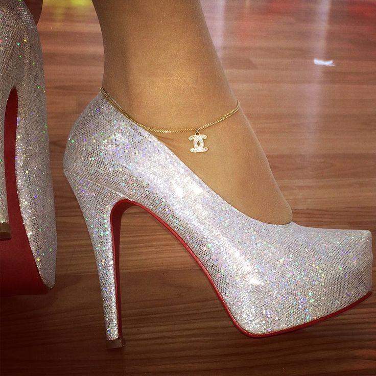 Lindo meia pata glitter prata, ideal para debutantes formandas noivas e madrinhas, ou para quem adora brilhar  Salto 13 cm  Meia pata 2,5cm  Calçados Dara
