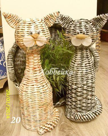 Gatos tejidos en papel de periódico