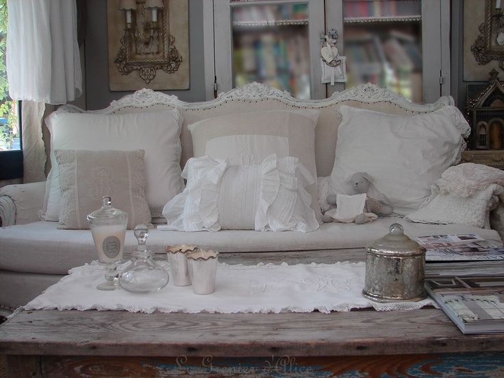 d coration de charme shabby chic d coration romantique coussin broderie monogramme volant. Black Bedroom Furniture Sets. Home Design Ideas