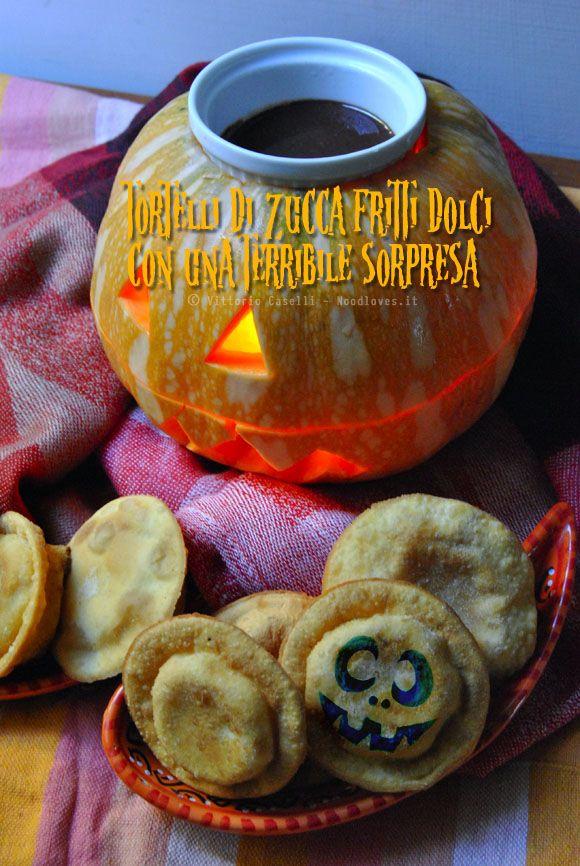 Trick or treat? Il dessert perfetto per Halloween! E con sorpresa!! Festeggiatelo con i Tortelli di zucca fritti dolci (con fonduta di cioccolato). La ricetta su http://noodloves.it/tortelli-di-zucca-fritti-dolci/