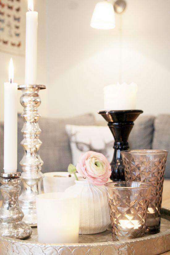 Dienblad als samenhanger voor verschillende vaasjes en kaarsen. Praktisch voordeel het is gemakkelijk te verplaatsen.