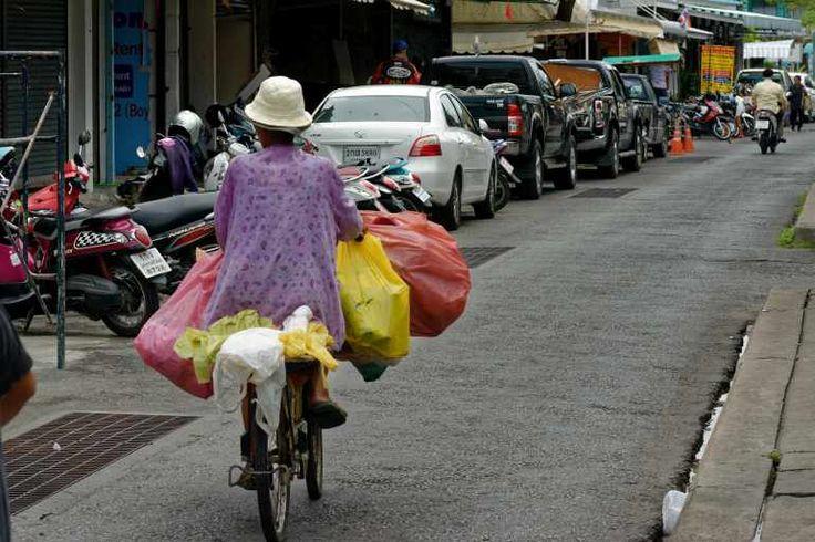 03-Alte-Thaifrau-auf-einem-Fahrrad