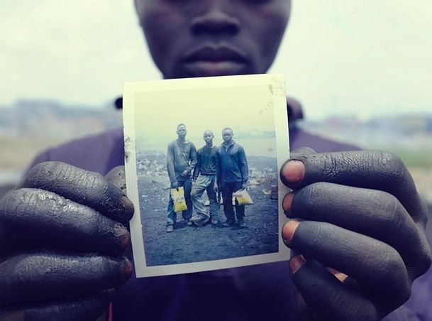 [ Recycling ]   Families en vrienden verliezen elkaar door de giftige stoffen die vrijkomen bij het verbranden van bijvoorbeeld plastic.