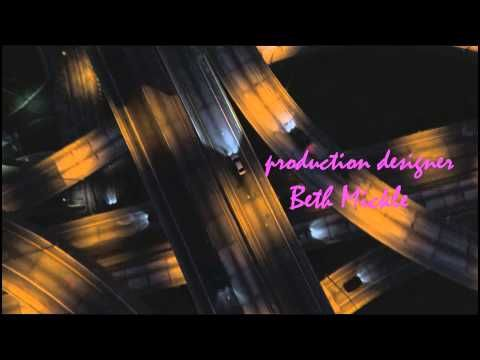 """""""Nos gustan esas letras rosas en los créditos, con un cierto aire a peli de serie B. Y Ryan Gosling conduciendo su coche por las calles de Los Ángeles, con la música de Kavinsky ('Nightcall') sonando de fondo… ¿Qué más se puede pedir?"""" Fotogramas"""