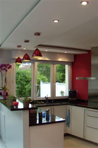 Cette cuisine fait partie d'une maison à Saint-Maur des Fossés. Le plus Un faux plafond éclairé délimitant l'espace cuisine de la salle à manger. Un radiateur sèche-serviettes inox pour les torchons de cuisine.