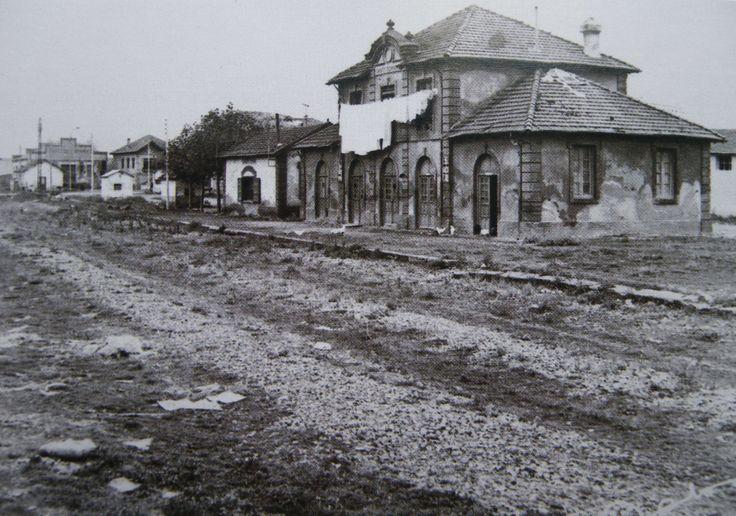 Estación de Santo Domingo sobre la década de 1970. De  derecha a izquierda, Edificio de viajeros, cantina y paso a nivel con la casilla guardabarreras.