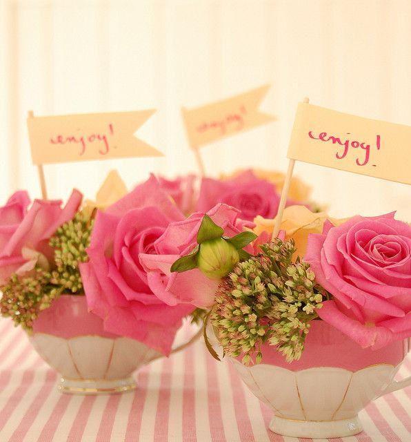 Tassen mit Blumen dekoriert.