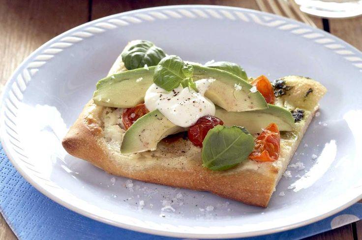 En rask oppskrift på vegetarpizza med crème fraîche, fersk basilikum, tomater og avocado. Lekker og enkel!