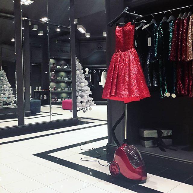 Jeszcze tylko przez dwa tygodnie możecie nasze sukienki kupić na Mokotowskiej 57 zapraszamy na zakupy nie tylko w tygodniu, ale także w soboty i niedziele  by nasze sukienki wyglądały jeszcze piękniej wytrwale pomaga nam @stemaster ❤❤❤❤ #mokotowska57 #christmasconceptstore #christmasiscoming #xmas #christmastime #polishbrand #shopping #sugarfreepl #zapraszamy